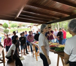 Filhos de Bethânia montam própria pizza em atividade realizada no recanto São João Batista
