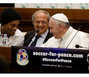 Papa e Ronaldinho anunciam jogo de futebol pela paz
